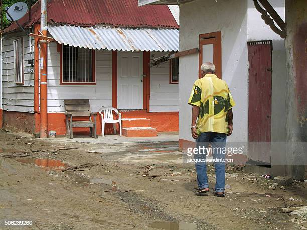 Man walking in a straat in Willemstad, Curacao