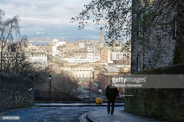 man walking in edinburgh's old town - new town edinburgh fotografías e imágenes de stock