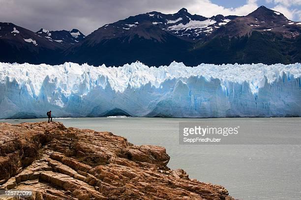 Mann zu Fuß in der Vorderseite des Perito moreno-Gletscher