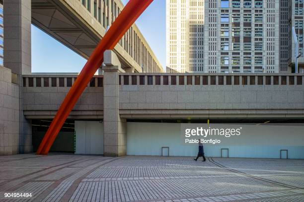 man walking in front of tokyo metropolitan government building - nishi shinjuku stock-fotos und bilder