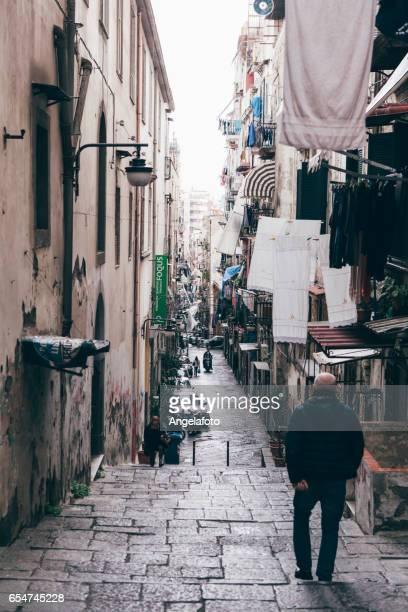 ナポリの路地を歩いて男
