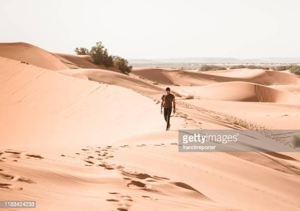 homme marchant dans le désert - homme maghrebin photos et images de collection