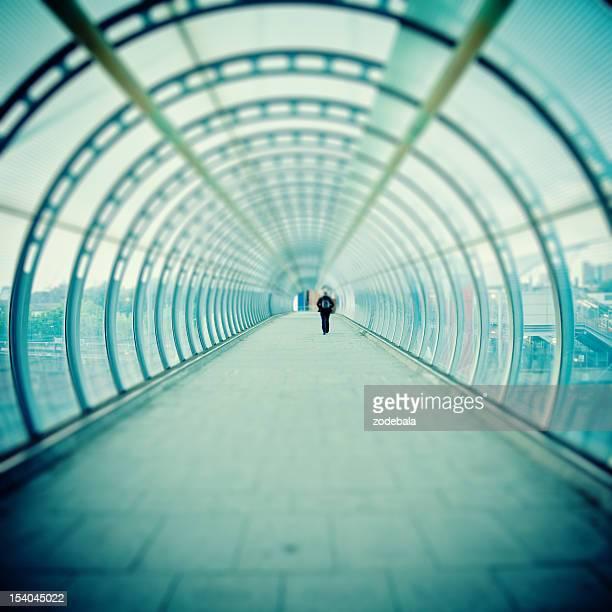 Homme marchant à l'intérieur du Tunnel futuriste, Tilt Shift