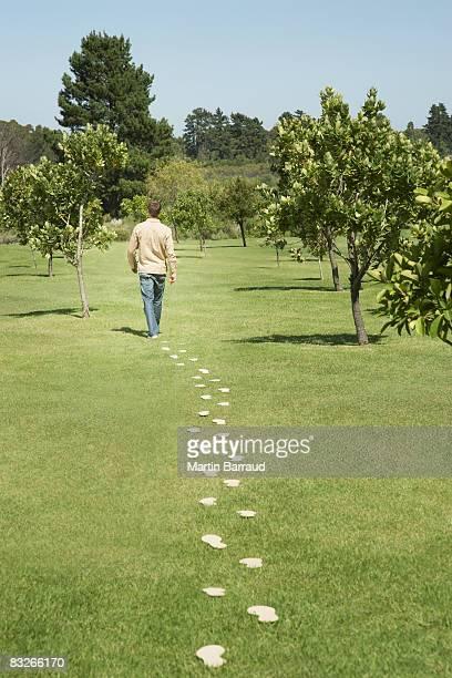 Homme qui marche à pied de l'empreinte