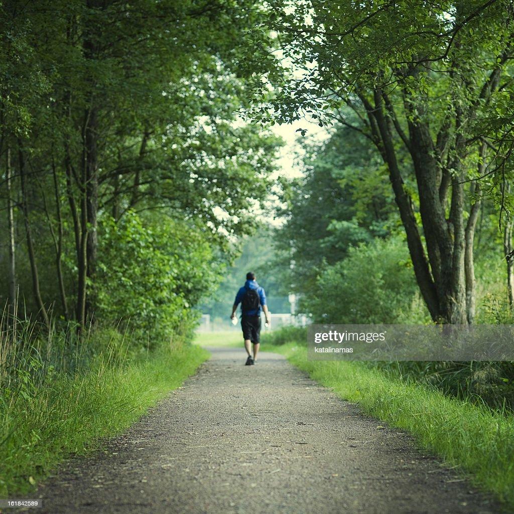Homem a andar no caminho do deserto : Foto de stock