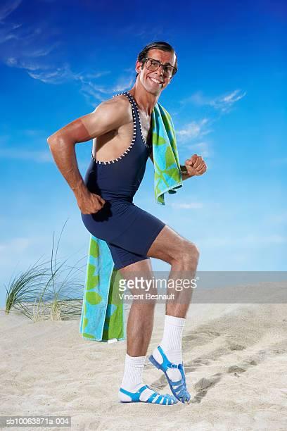 man walking on beach, smiling, portrait - bronzage humour photos et images de collection