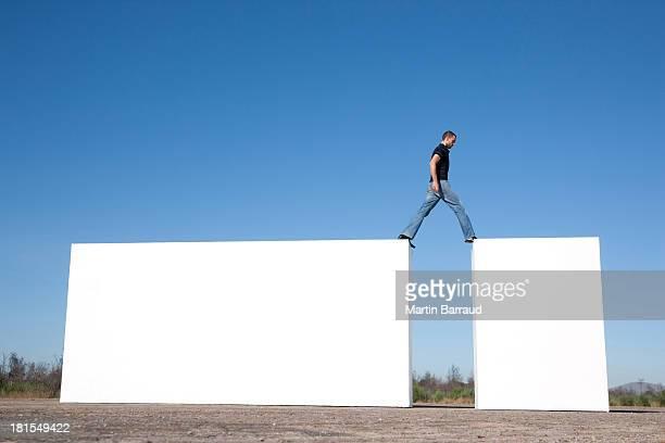 Uomo camminare su blocchi all'aperto