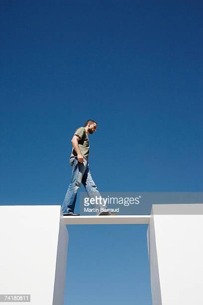 man walking on ボード、2 つの壁一面の屋外 - 角度 ストックフォトと画像