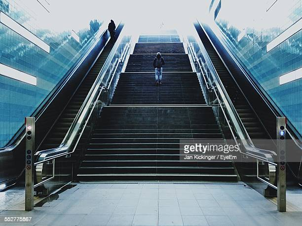 man walking on staircase - degraus e escadas - fotografias e filmes do acervo