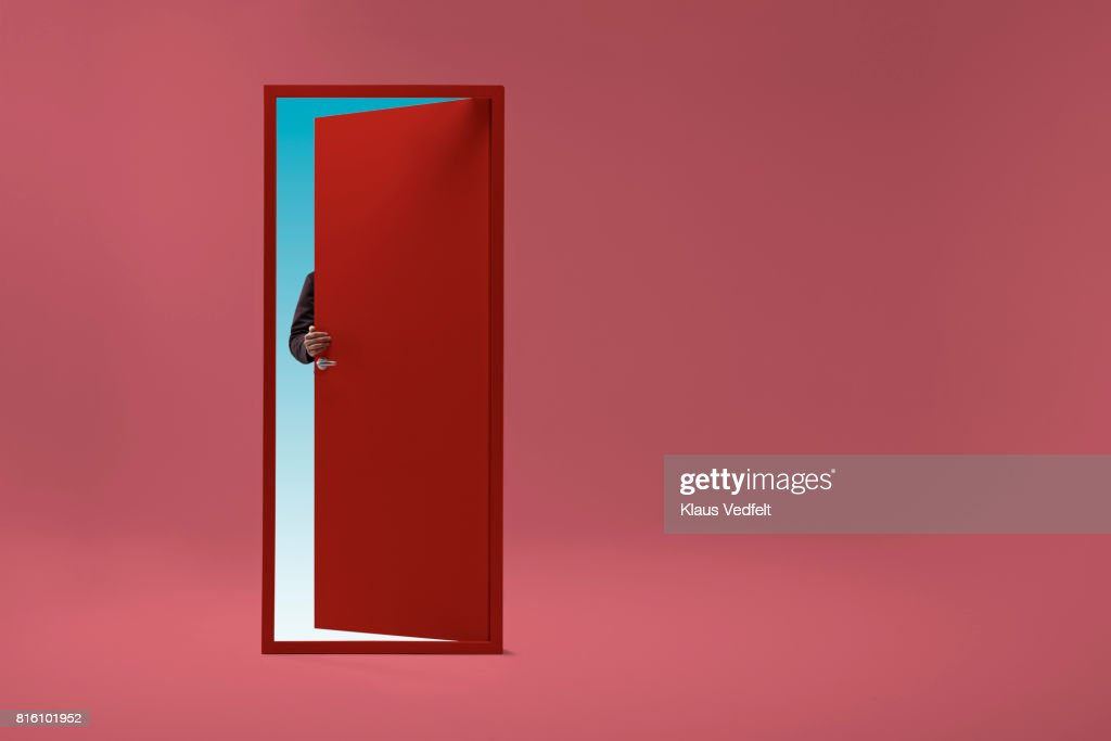 Man walking threw doorway in futuristic room : Foto stock