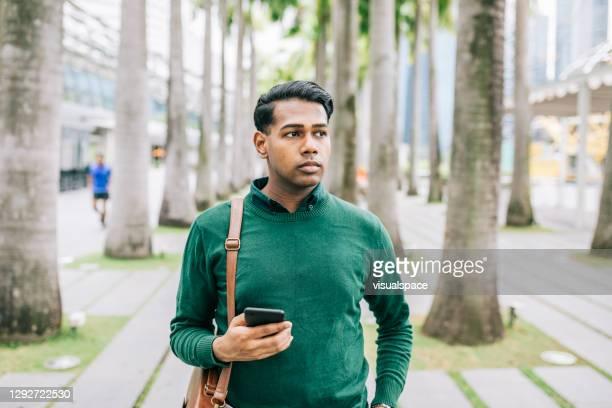 homem caminhando para o trabalho - só homens de idade mediana - fotografias e filmes do acervo