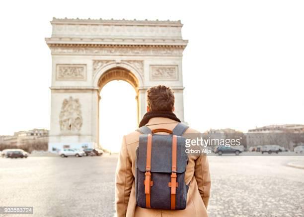 Homme qui marche vers l'Arc de Triomphe, Paris.