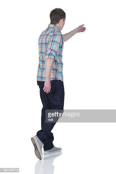 Mann zu Fuß mit zeigt nach vorne