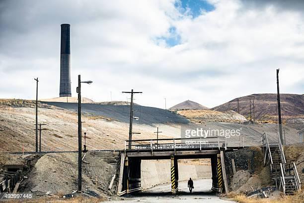 Mann geht in der Nähe unter Brücke backdropped Von Westen (