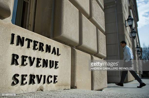 Man walks into the Internal Revenue Service building in Washington, DC on March 10, 2016. / AFP / Andrew Caballero-Reynolds