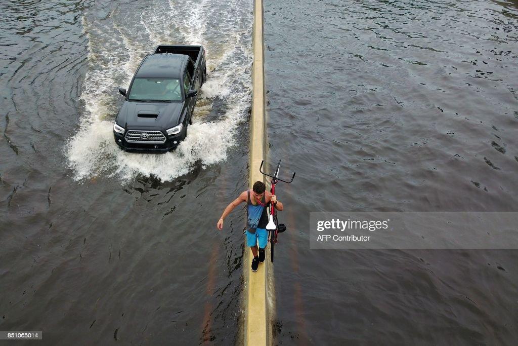 TOPSHOT-PUERTORICO-CARIBBEAN-WEATHER-HURRICANE : News Photo