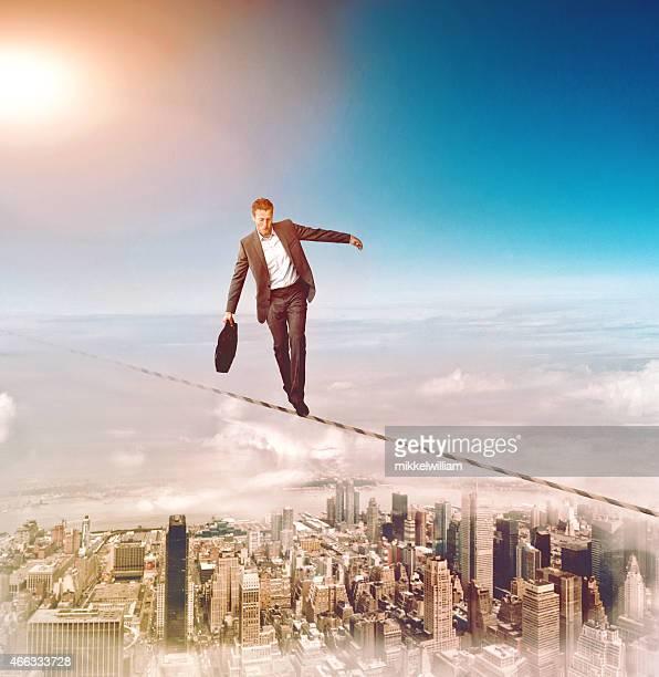 Homme marchant sur un maillage et presque perd son équilibre
