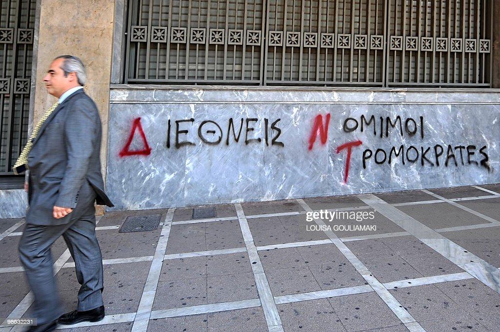 A man walks past a 'Bank of Greece' as a : Nieuwsfoto's