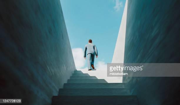 homem caminha na escada do sucesso e chega ao topo - aspiração - fotografias e filmes do acervo