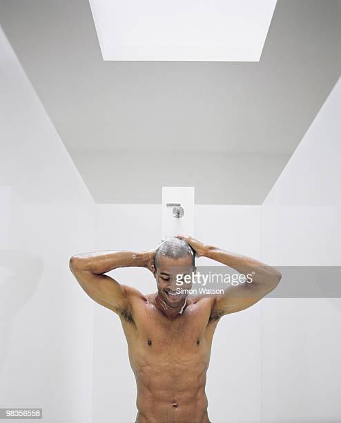man washing hair in shower - hombre duchandose fotografías e imágenes de stock