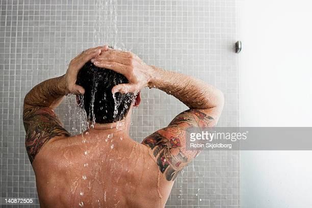 man washing his hair in shower - hombre ducha fotografías e imágenes de stock