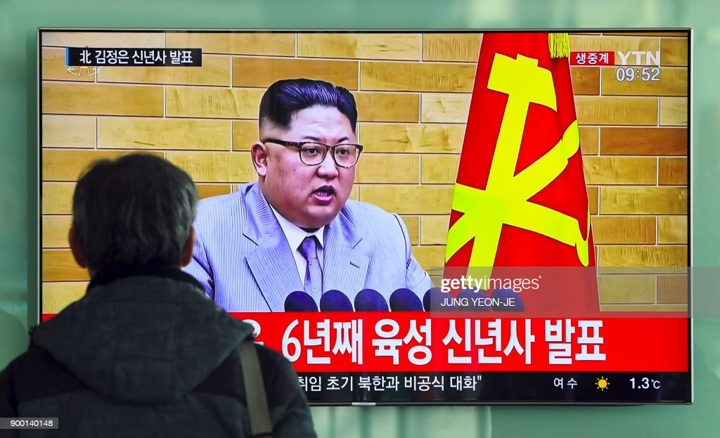 TOPSHOT - A man watches a television news broadcast showing North Korean leader Kim Jong-Un's New Year's speech, at a railway station in Seoul on January 1, 2018. North Korean leader Kim Jong-Un said he was always within reach of the nuclear button in a defiant New Year message on January 1 after months of escalating tensions over his country's weapons programme. / AFP PHOTO / JUNG Yeon-Je