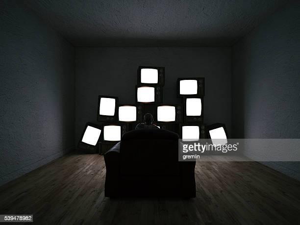 男性、複数の テレビ 観戦