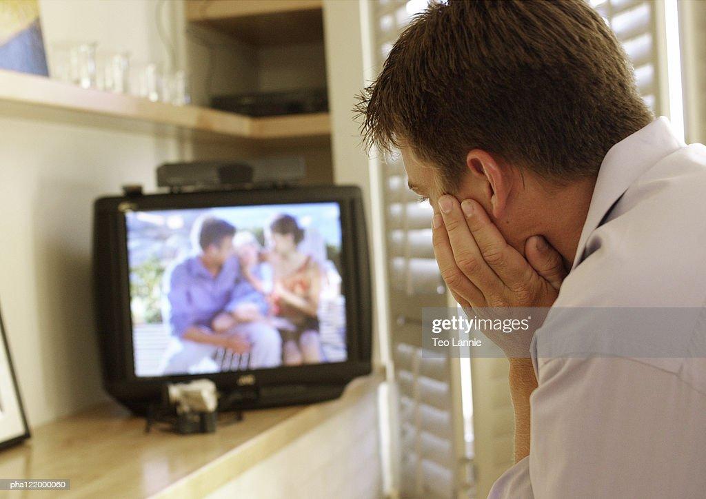Man watching television, rear view : Stockfoto