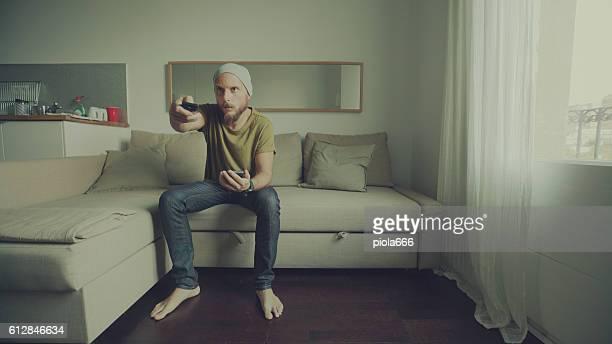 Uomo guardando la TV a casa