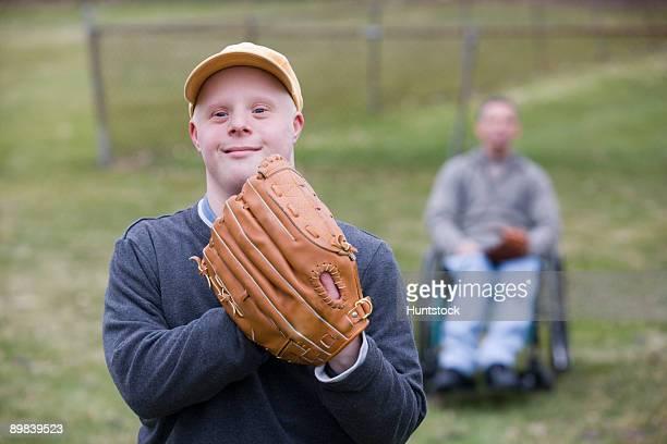man wearing a baseball glove - discapacidad intelectual fotografías e imágenes de stock