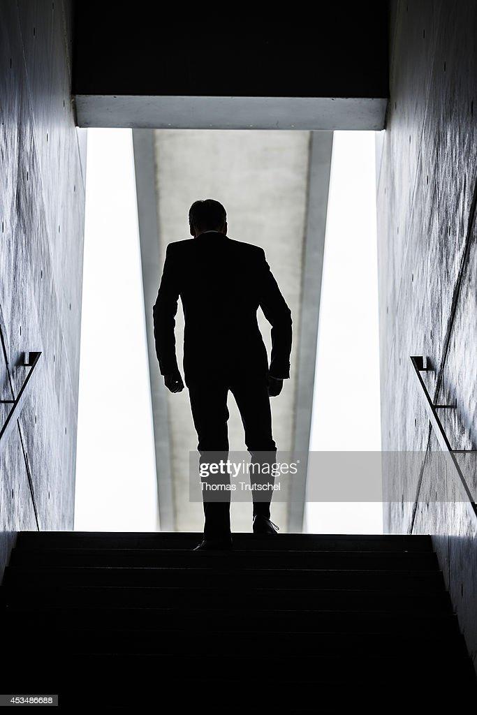 Man walks downstairs : News Photo