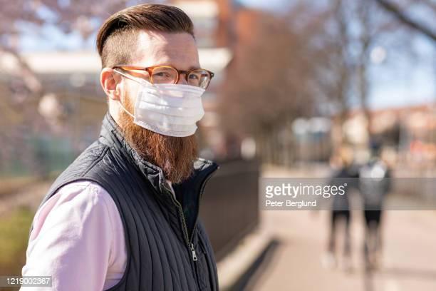 homme utilisant un masque de visage - barbe photos et images de collection