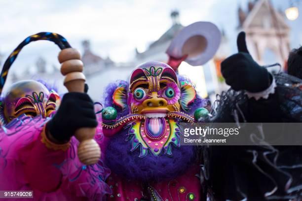 man wearing a mask during fiesta de la virgen de candelaria, copacabana, bolivia - fiesta de la virgen de la candelaria fotografías e imágenes de stock