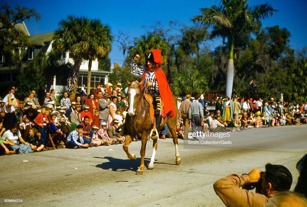A Man Wearing A Pirate Costume Rides On Horseback Past A Large Crowd Fotografia De Noticias Getty Images