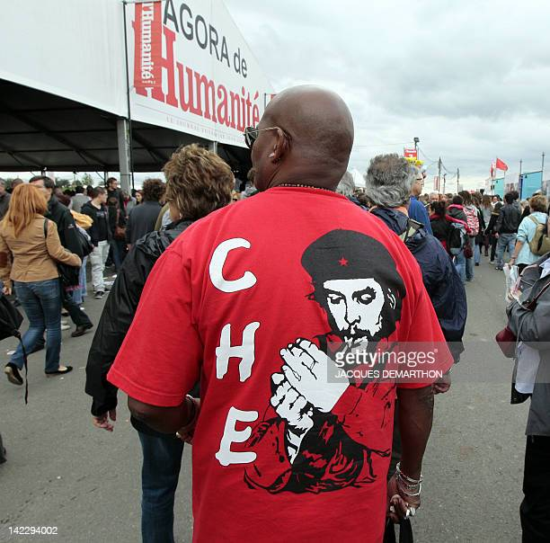 A man wearing a Tshirt at the effigy of the Argentinianborn Cuban revolutionary Ernesto 'Che' Guevara attends the 'Fete de l'Humanité' music festival...