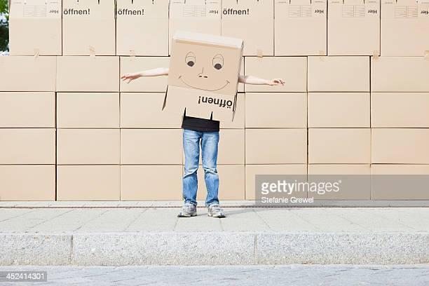 man wearing cardboard box covering his head - demenagement humour photos et images de collection