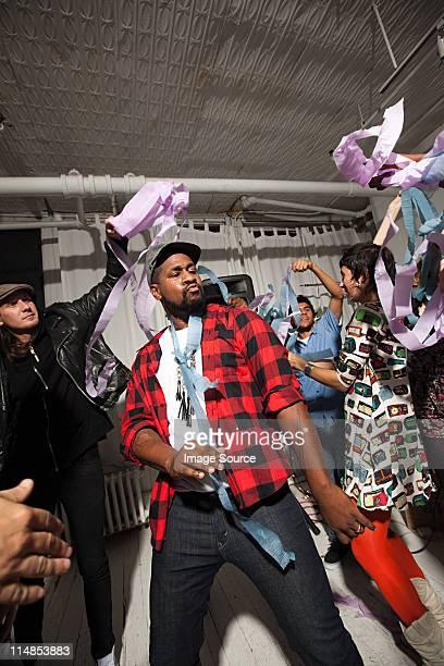 homem vestindo camisa axadrezada dançando na festa - rapper - fotografias e filmes do acervo