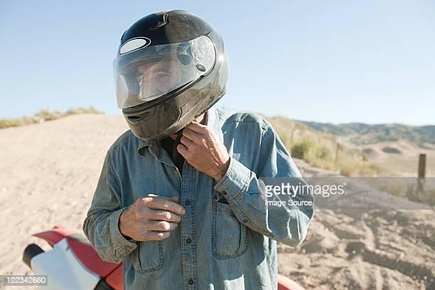 homem com capacete - capacete de trabalho - fotografias e filmes do acervo
