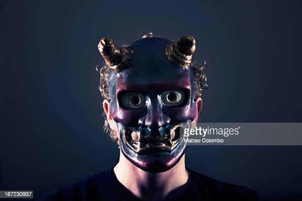 man wearing devil's mask - disfraz de diablo fotografías e imágenes de stock