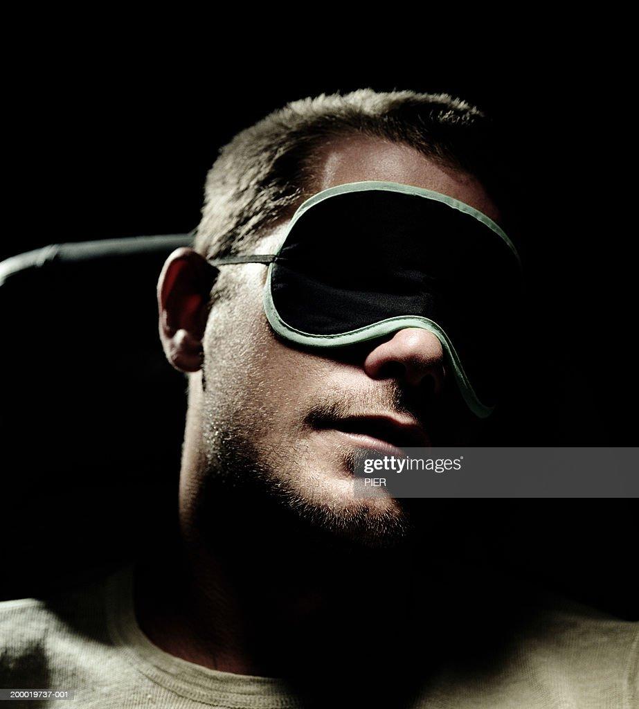 Man wearing eye mask, close-up : Foto stock