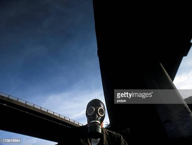 man trägt Gasmaske