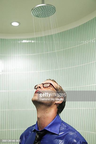 man wearing glasses, shirt and tie in shower, head back - hombre ducha fotografías e imágenes de stock