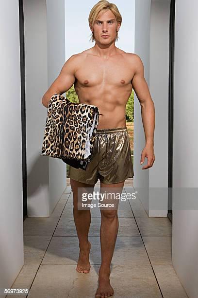 Mann mit golden shorts