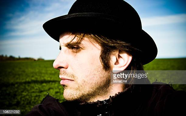 男性の帽子と合わせて、自然の風景を背景に