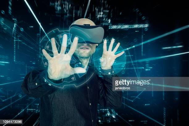ホログラフィック バーチャルリアリティ眼鏡の男。スキャン データ - 仮想空間の視点 ストックフォトと画像