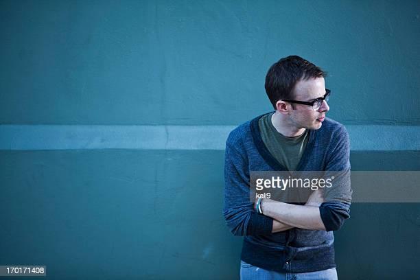 黒縁メガネを着ている男性