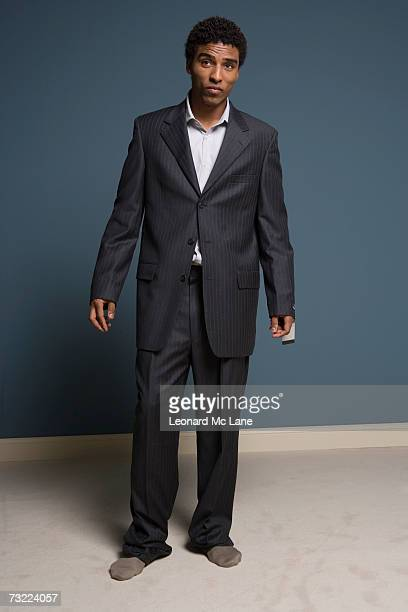 man wearing large suit, portrait - surdimensionné photos et images de collection