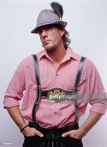 man wearing lederhosen - knickers photos et images de collection