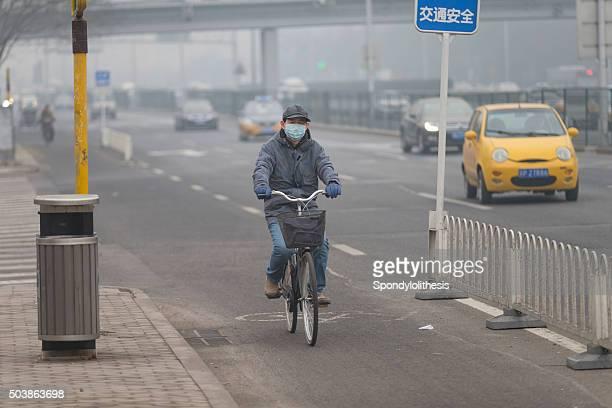 Mann mit Maske mit Filtern Mund vor Luftverschmutzung, Peking