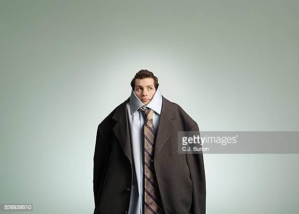 man wearing oversized suit - surdimensionné photos et images de collection